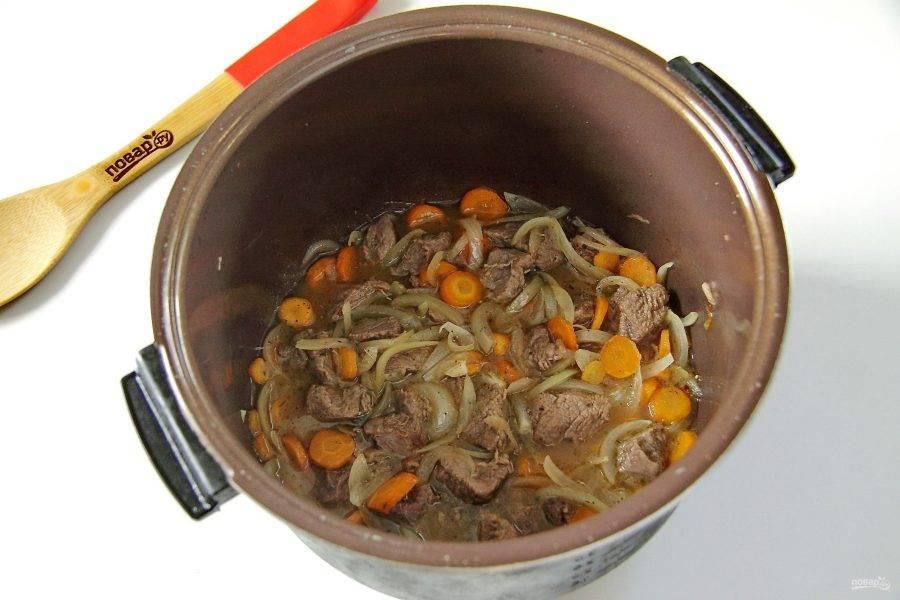 4. Налейте немного горячей воды (кипяток), чтобы она примерно наполовину покрывала мясо, добавьте соль по вкусу и специи.