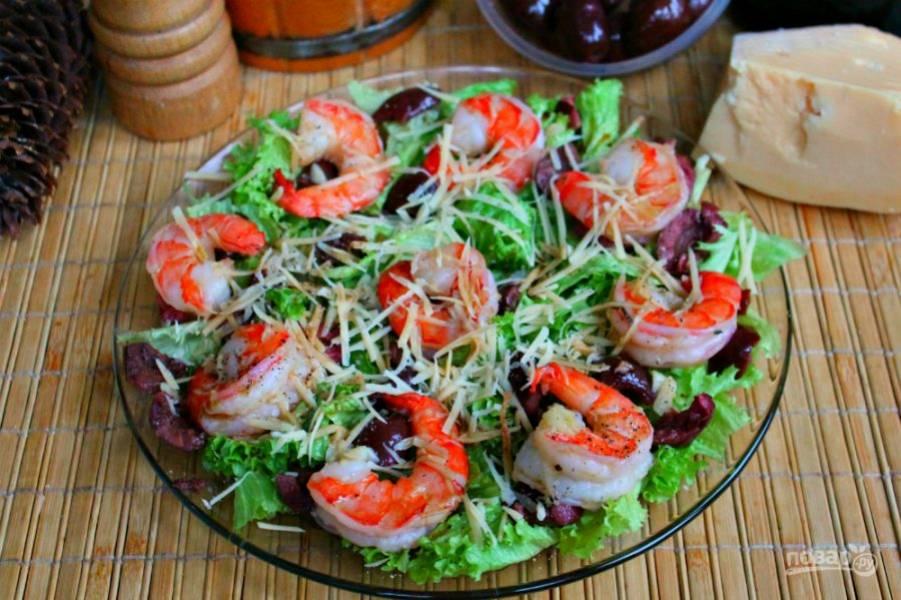 Вкуснейший салат с креветками и оливками готов. Приятного аппетита!