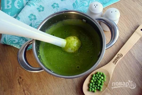 Добавьте листья мяты, соль и перец по вкусу, с помощью блендера измельчите до однородности. Влейте в суп сливки, регулируя по вкусу его густоту. Прогрейте суп еще 2 минуты, снимите с огня.
