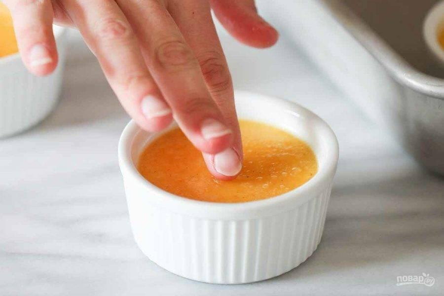 9.Запекайте в разогретом до 165 градусов духовом шкафу 38-40 минут. Десерт готов, если, касаясь пальцем по центру он немного отступает.
