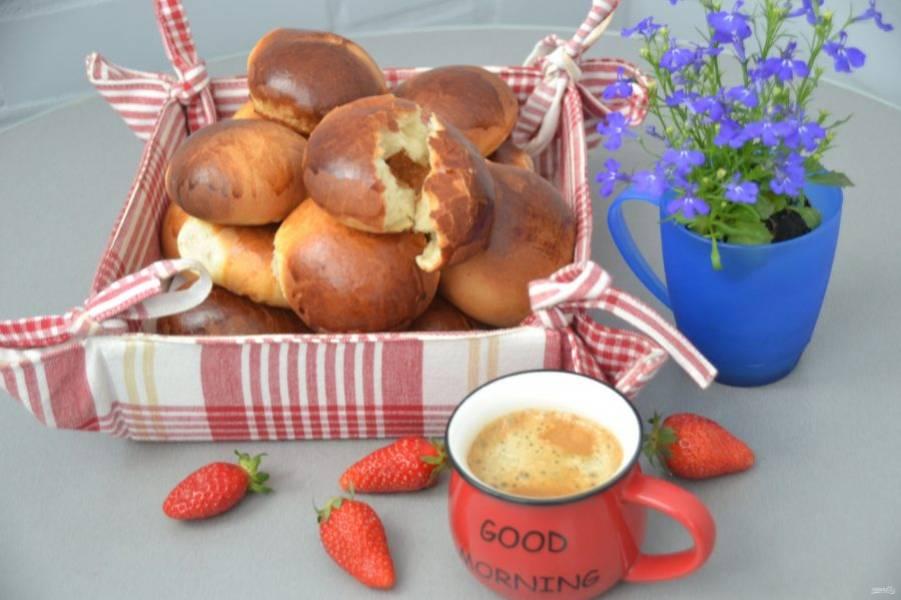 Получились румяные, пышные и очень вкусные булочки. Наливайте чай, кофе и приятного аппетита!