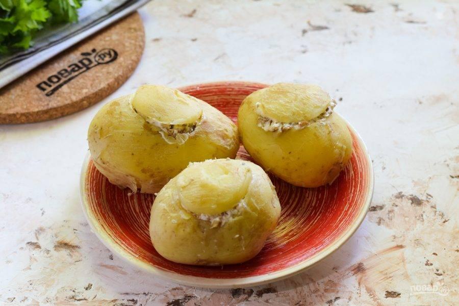 Прикройте картофель вырезанными частями картофеля.