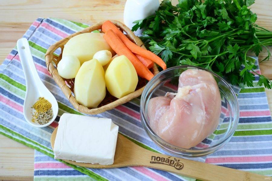 Подготовьте все необходимые ингредиенты. Очистите и промойте все овощи (картофель, лук и морковь). Куриную грудку предварительно отварите до готовности в слегка подсоленной воде.