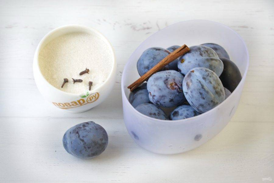 Сливы переберите, уберите порченные. Промойте под проточной водой. Проколите фрукты зубочисткой или вилкой в нескольких местах, чтобы плоды не лопнули при стерилизации.