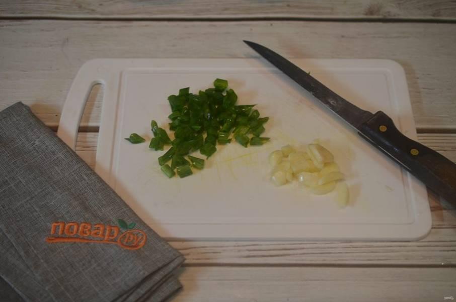 8. Чеснок и зеленый лук нарежьте. Добавьте в жаркое, перемешайте и сразу подавайте.