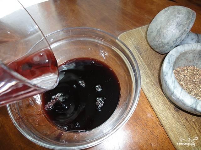 Перелейте сок вишневый в более глубокую и широкую миску. Добавьте к нему масло оливковое и сок одного лимона (если сам сок вишневый не сильно сладкий, можете добавить меньше лимонного сока).