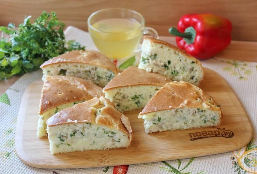 Готовый заливной пирог немного охладите в форме и доставайте. Нарежьте и подавайте к столу.