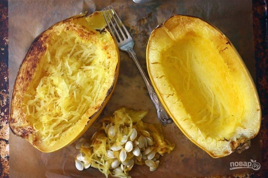 2.Достаньте тыкву и удалите семена, затем вилкой снимите мякоть с кожуры.