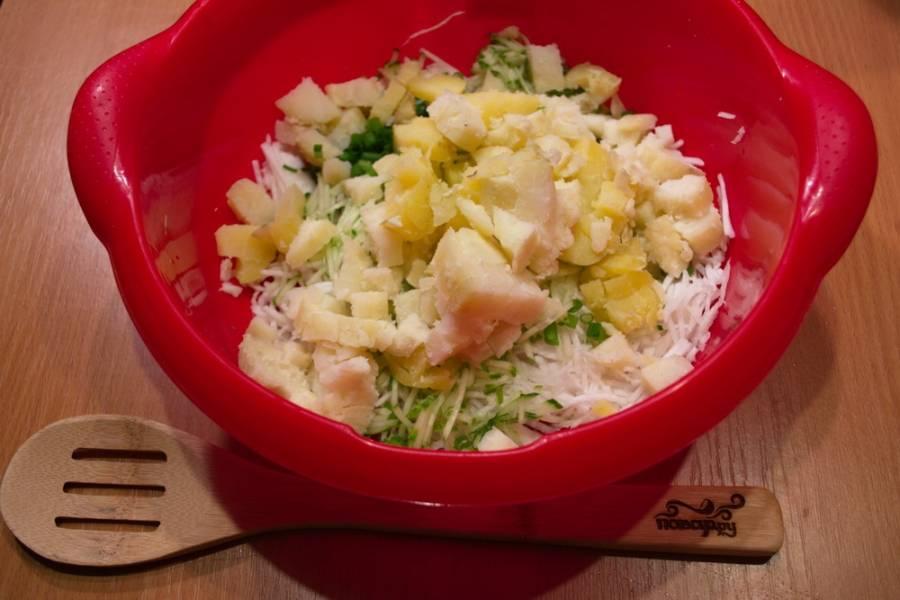 Отварную картошку очистите, нарежьте кубиками.