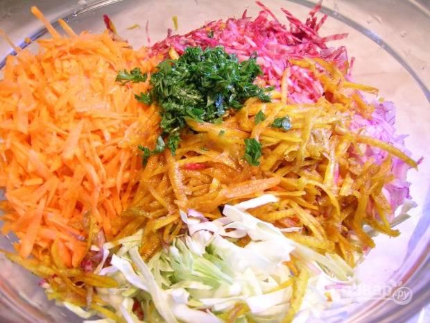 Затем почистите, промойте и натрите на крупной тёрке свеклу и морковь. Мелко нарежьте базилик с петрушкой. Нарежьте мелкими кусочками лук. Все овощи и зелень смешайте.