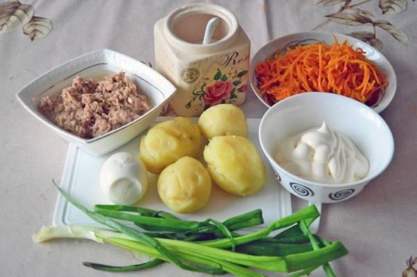 1. Для экономии времени картофель и яйца можно отварить, охладить и очистить заранее. Вот перед вами весь набор продуктов, которые войдут в этот простой рецепт слоеного салата с корейской морковью.