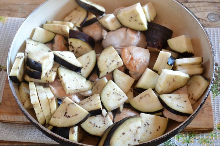 5. Когда куриная грудка немного схватится, вылейте в сковороду растительное масло и выложите нарезанный баклажан. Готовьте 10 минут.