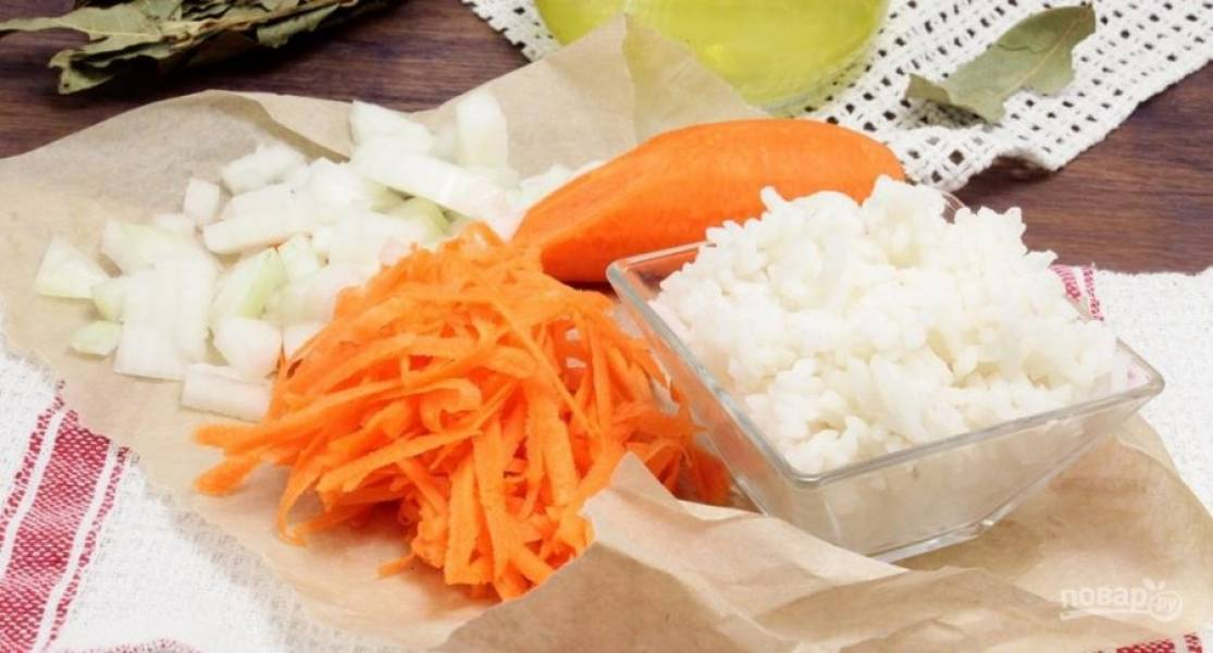 1.Мою и очищаю морковь, натираю ее на крупной терке. Лук чищу и нарезаю мелким кубиком. Рис у меня отварной. На сковороде обжариваю лук с морковью, затем остужаю.