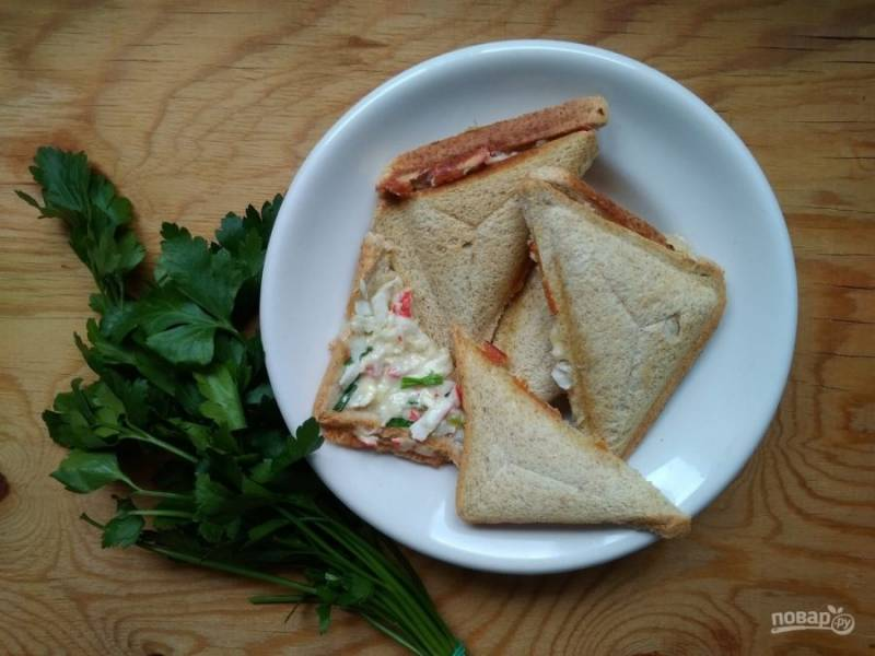 8. Запекайте сэндвичи до золотистой корочки пару минут. Приятного аппетита!
