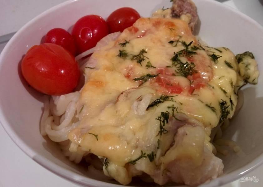 8.Готовое мясо достаю из духовки и нарезаю порционно, затем подаю со спагетти и консервированными помидорами.