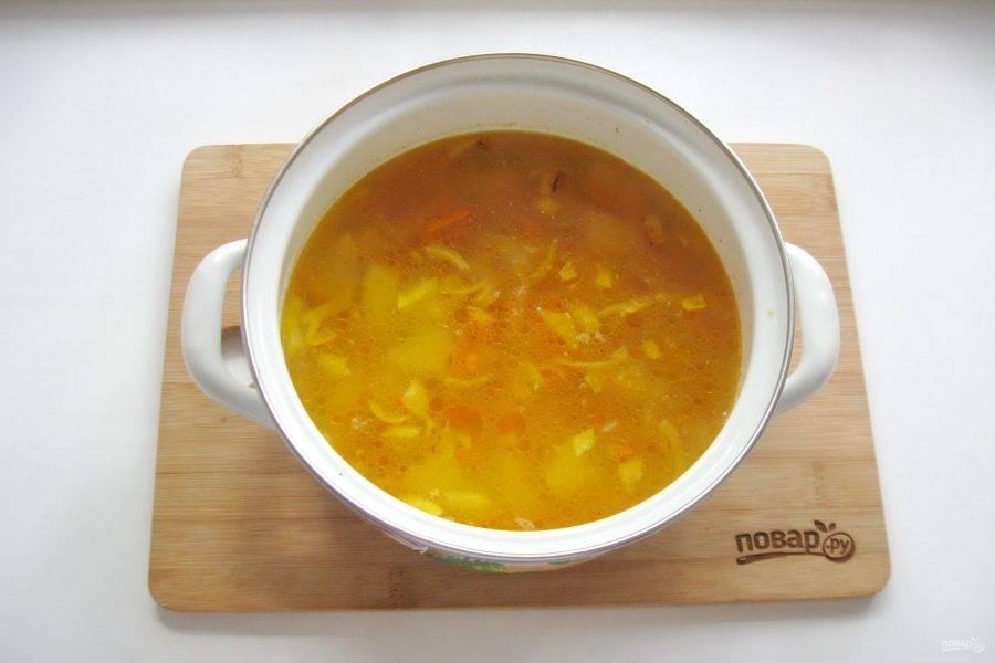 Выложите лук с морковью в суп.