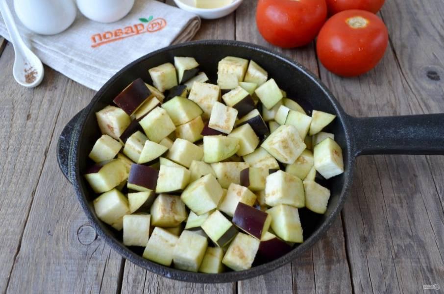 Баклажаны порежьте небольшими кубиками. На сухой сковороде обжарьте их до изменения цвета. Следите, чтобы не пригорели. Перемешивайте часто.