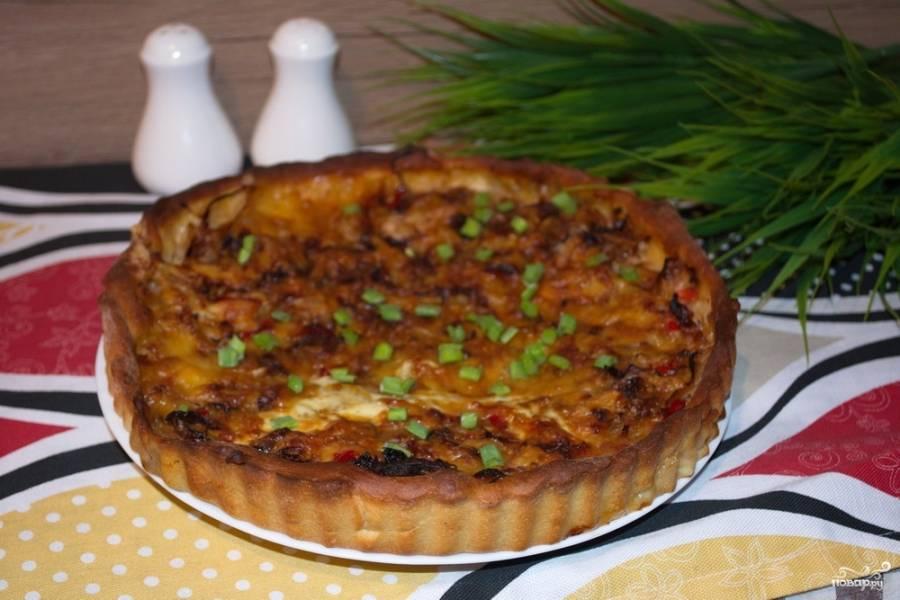 Натрите на терке твердый сыр. Выложите его сверху на начинку из капусты. Разогрейте духовку до 180 градусов, запекайте пирог в духовке, пока он не станет румяным (30-40 минут).