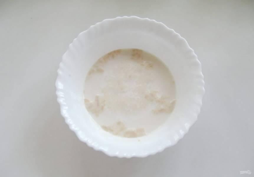 Молоко подогрейте и перелейте в миску. Оно должно быть теплым, не горячим. Добавьте дрожжи и столовую ложку сахара. Сухих дрожжей потребуется 7-8 грамм. Перемешайте смесь до полного растворения дрожжей и сахара. Дайте постоять 10-15 минут, пока дрожжи не активируются и вспенятся.