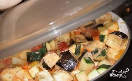 Заливаем овощи на сковороде приготовленным соусом, перемешиваем и накрываем крышкой. Готовим до любимой вами степени готовки овощей. Кто-то любит, чтобы овощи были упругими, кто-то - чтобы они стали очень мягкими. Минуты за 2-3 до окончания добавим нарезанную зелень.