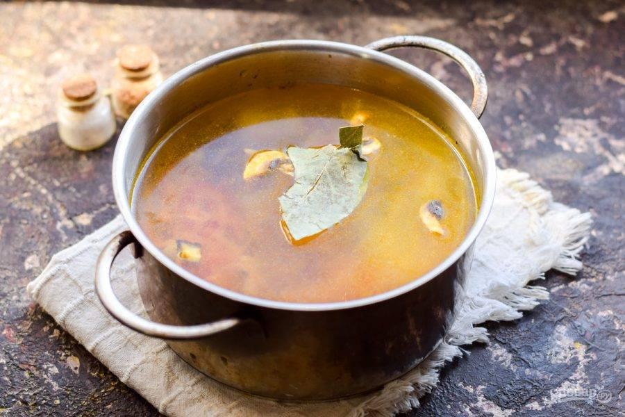 Влейте в кастрюлю теплую воду, добавьте специи.