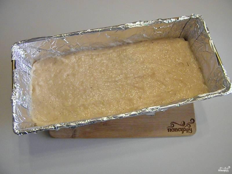 Вторую половину фарша распределите сверху. Прогрейте духовку до 180 градусов. Поставьте террин на среднюю решетку и выпекайте 60 минут.