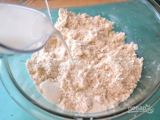 4.Влейте сперва ¾ стакана молока, затем перемешайте, по необходимости влейте оставшееся молоко.