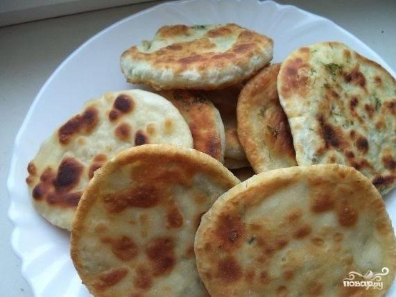 7. Снимите со сковороды, остудите и подавайте теплыми. Теперь, когда вы узнали, как приготовить лепешки вместо хлеба, угощайте своих близких.