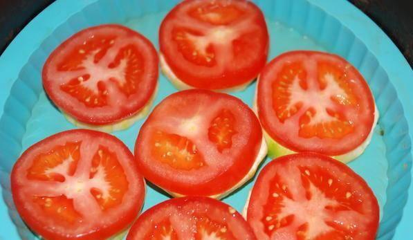 2. Тоже самое сделайте с помидорами. Постарайтесь так, чтобы количество колец кабачка и помидора было равным.