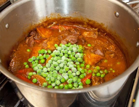 8. Примерно за 5-7 минут до готовности можно добавить еще зеленый горошек.  Вот и все, мясное рагу с картошкой в домашних условиях готово и блюдо можно подавать к столу.