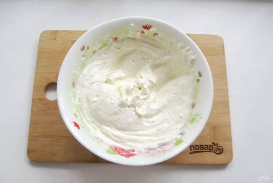 Взбейте блендером творог с яйцом и сметаной до кремовой консистенции.
