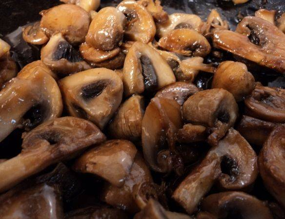 4. Грибы можно обжарить и отдельно, а в конце смешать их с рыбой. При желании это рецепт можно разнообразить: обжарить рыбу с грибами и луком, залить сметанным соусом и протушить и т.д. Не бойтесь реализовывать свои кулинарные фантазии!