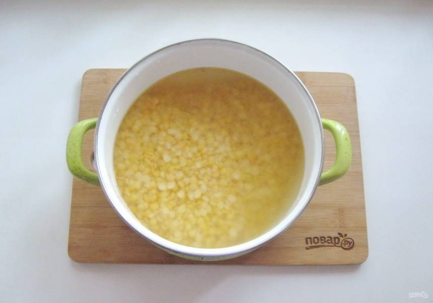 Горох предварительно хорошо помойте и залейте холодной водой для набухания. Лучше это сделать на ночь. С набухшего гороха слейте воду и выложите его в кастрюлю с мясным бульоном. Поставьте на плиту, доведите до кипения и снимите пену.