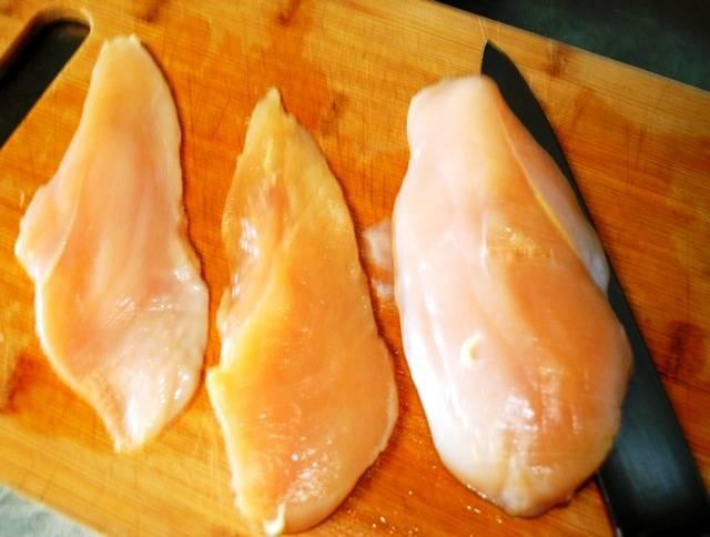 Курятину разрежьте на куски и отбейте. Посолите и поперчите мясо.