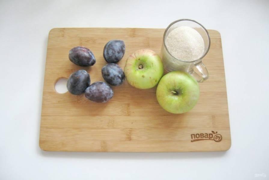 Подготовьте ингредиенты для приготовления варенья из слив и яблок.