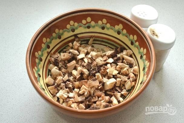 3. Добавьте немного соли и перца по вкусу. Можно в начинку также добавить сушеные травы или свежую зелень.