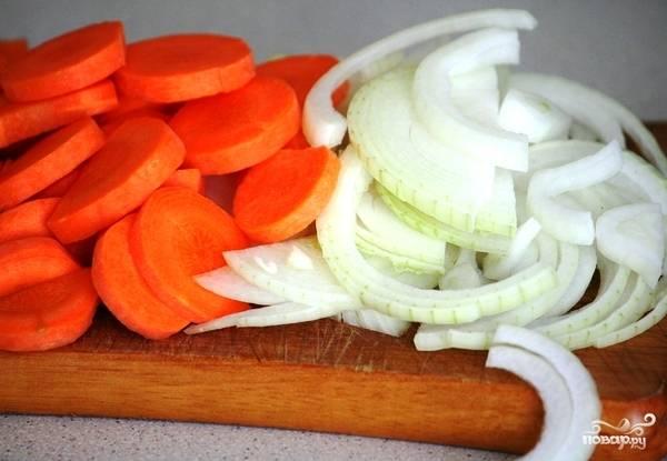 Тем временем лук нарезаем тонкими полукольцами, морковь - тонкими кольцами.