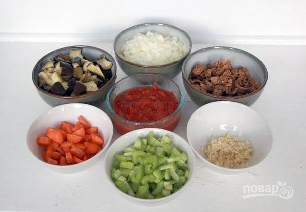 Нарежьте кусочками морковь, тофу и сельдерей.