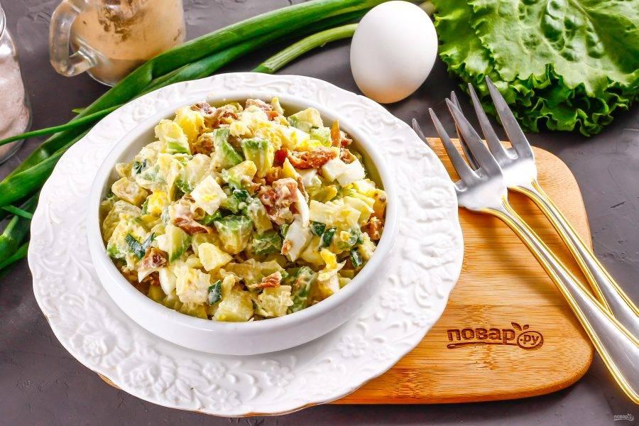 Выложите приготовленный салат из авокадо и копченой курицы в пиалы или креманки и подайте к столу.