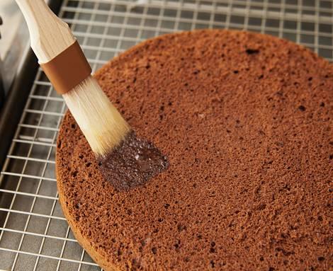 10. Смажьте каждую половинку сиропом. При желании дополните этот простой рецепт бисквитного торта с пропиткой легким алкоголем: ликером, например.