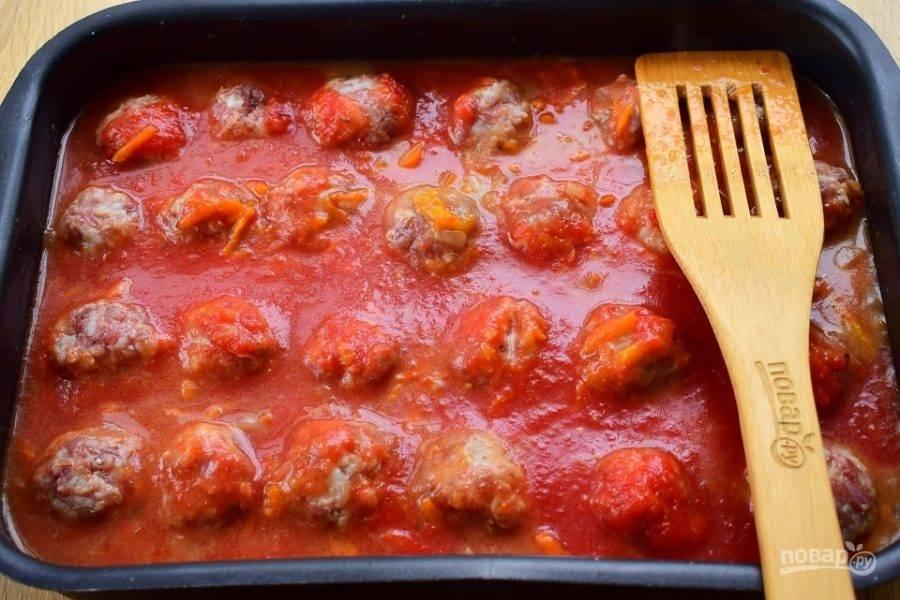 Тефтели залейте соусом. Поставьте их запекаться в духовку на 50-55 минут при 200-220 °С. Соус должен умеренно кипеть. Тефтели можно перевернуть 1-2 раза, чтобы они равномерно пропитывались соусом.