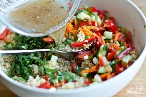 5. В глубокой мисочке соедините овощи, зелень, крупу. Полейте заправкой и аккуратно все перемешайте.