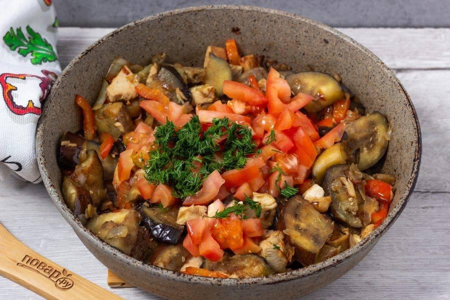 В последнюю очередь добавляем помидор и зелень, при желании чеснок. Жарим 3-4 минуты, солим и перчим по вкусу.