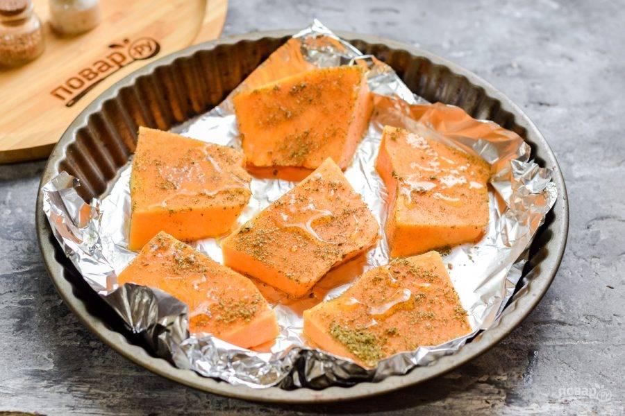Переложите тыкву на смазанный маслом противень, поверх тыквы слегка сбрызните маслом и отправьте в духовку. Запекайте 20-25 минут при температуре 180 градусов.
