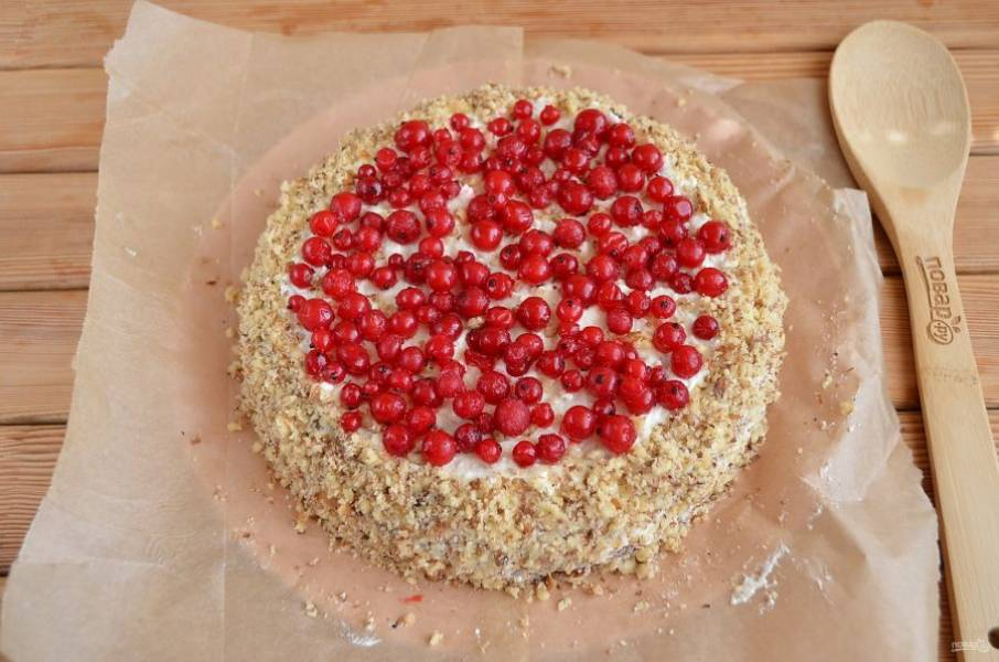 Верх тортика украсьте ягодами или фруктами. Удалите бумагу из-под тортика.