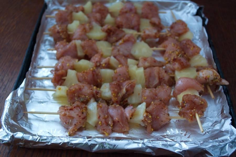 Фольгой застелить противень. Смазать саму фольгу маслом. Выложить подготовленное мясо. Разогрейде духовку до 180 градусов и запекайте мясо в духовке около 15 минут.