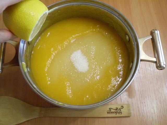 Добавьте сахар и сок одного-двух лимонов (по вкусу).