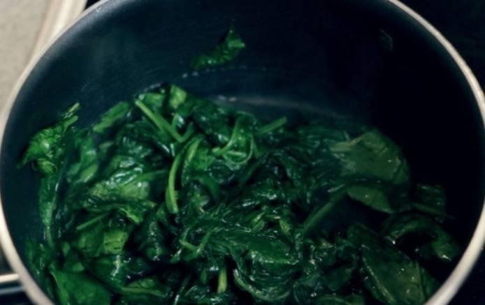Готовим шпинат до мягкости.