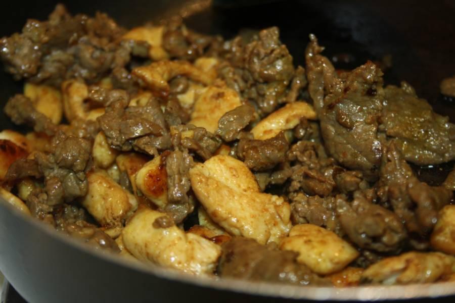 1. До золотистого цвета обжарим кусочки мяса и курицы. Специй не жалейте, можно мясо даже предварительно замариновать.