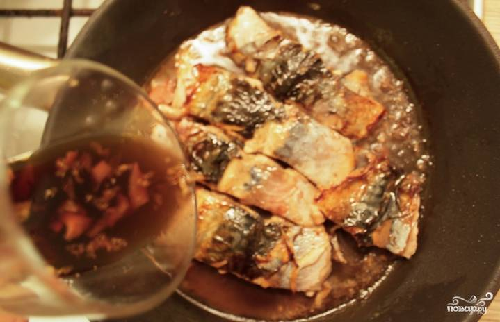 Обжариваем скумбрию на растительном масле со всех сторон до золотистого цвета. Вливаем соус, продолжаем готовить до загустения.